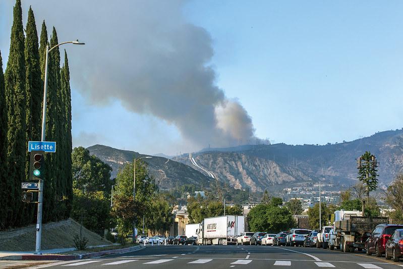 風を受けて山火事は広範囲に広がる(Bloomberg)