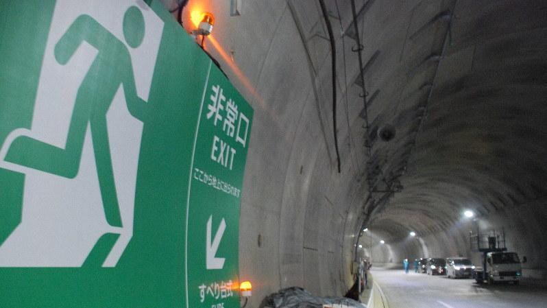 建設中の首都高・横浜北西線のトンネルと非常口の案内板=横浜市内で10月30日、川口雅浩撮影