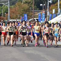 一斉にスタートを切る女子選手=新潟県弥彦村で