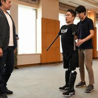義足を装着して歩行訓練をする作家の乙武洋匡さん(右から2人目)=東京都文京区で2019年10月10日、内藤絵美撮影