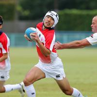 イングランドとの世界初の国際大会でプレーする日本の永井宏郷選手(中央)=熊谷ラグビー場で2019年10月14日、宮武祐希撮影