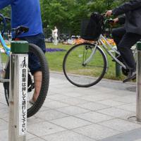 大通公園に設置されている自転車への注意喚起のステッカー=札幌市中央区の大通公園で、2016年5月、安達恒太郎撮影