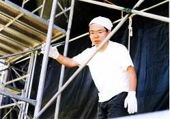 演劇サークルで舞台の設置を進める大学時代の三宅隆之さん。すでにパチンコ依存症になっていたとみられる=大学構内で1997年8月、三宅さん提供