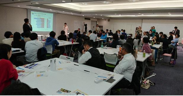 男性の育休取得の課題について考える参加者ら=東京都千代田区で2019年10月22日午前10時2分、塩田彩撮影