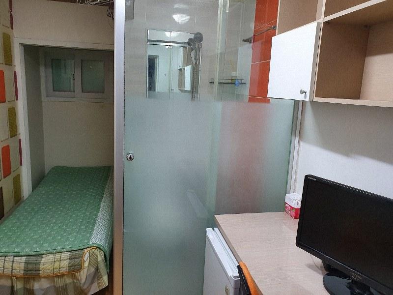 4畳ほどのスペースに、シャワーやトイレ、ベッドや机などが設置された「コシテル」の部屋=坂口裕彦撮影