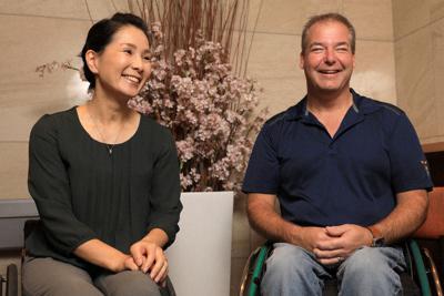 インタビューに答えるトッド・ニコルソンさん(右)とマセソン美季さん=東京都港区で2019年10月4日、梅村直承撮影
