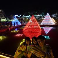 台風19号による冠水被害からの復旧作業がほぼ完了し、「あしかがフラワーパーク」のイルミネーションを楽しむ人たち=栃木県足利市で2019年11月2日、宮間俊樹撮影
