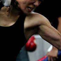 練習中のミット打ちで力が入る藤原選手の上腕二頭筋=神戸市垂水区で2019年9月11日、梅田麻衣子撮影
