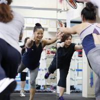 「リズムボクシング」を生徒の女性たちに教える藤原選手(中央)=神戸市中央区で2019年9月12日、梅田麻衣子撮影