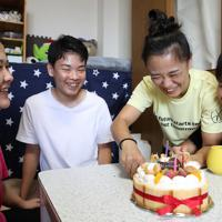 長男の勇生さん(左から2人目)の誕生日を祝う(左から)長女の優美さん、藤原選手、次女の真癒さん=神戸市兵庫区で2019年9月16日、梅田麻衣子撮影
