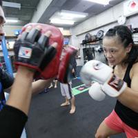 ジムでトレーナーを相手にミット打ちをする藤原選手=神戸市垂水区で2019年9月11日、梅田麻衣子撮影