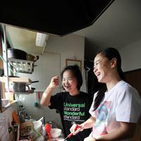 次女の真癒ちゃん(奧)と一緒に料理をする藤原選手=神戸市兵庫区で2019年10月27日、梅田麻衣子撮影