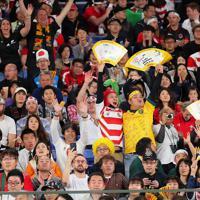 【イングランド―南アフリカ】試合前から盛り上がるスタンドのファンら=横浜・日産スタジアムで2019年11月2日午後5時47分、長谷川直亮撮影