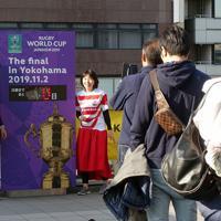 【イングランド-南アフリカ】「決勝まで0日」となった電光掲示の前で写真を撮る人たち=JR新横浜駅前で2019年11月2日、武市公孝撮影