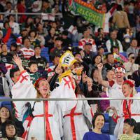 【イングランド―南アフリカ】試合前から盛り上がるスタンドのファンら=横浜・日産スタジアムで2019年11月2日、長谷川直亮撮影
