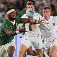 【イングランド―南アフリカ】前半、ボールを奪い合う南アフリカのコリシ(左)とイングランドのフォード=横浜・日産スタジアムで2019年11月2日、長谷川直亮撮影