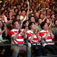 【イングランド―南アフリカ】パブリックビューイングで歓声をあげる観客たち=大阪市中央区で2019年11月2日午後5時55分、幾島健太郎撮影