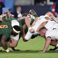 【イングランド―南アフリカ】前半、スクラムを組む両チームの選手たち=横浜・日産スタジアムで2019年11月2日、藤井達也撮影