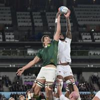 【イングランド―南アフリカ】前半、ラインアウトのボールを奪い合う両チームの選手たち=横浜・日産スタジアムで2019年11月2日、藤井達也撮影