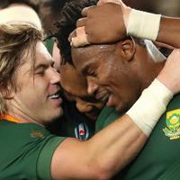 【イングランド-南アフリカ】後半、トライを決めたマピンピ(右)を抱きしめる南アフリカの選手たち=横浜・日産スタジアムで2019年11月2日、喜屋武真之介撮影