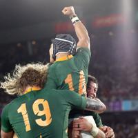 【イングランド-南アフリカ】後半、トライを決め拳を突き上げる南アフリカのコルビ(上)=横浜・日産スタジアムで2019年11月2日、喜屋武真之介撮影