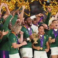 【イングランド―南アフリカ】ラグビーW杯で優勝し、トロフィーを手に喜ぶ南アフリカのコリシ(中央)ら選手たち=横浜・日産スタジアムで2019年11月2日、長谷川直亮撮影
