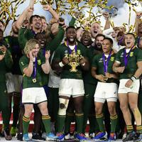 【イングランド-南アフリカ】優勝トロフィーを掲げ喜ぶ南アフリカの選手ら=横浜・日産スタジアムで2019年11月2日午後8時23分、藤井達也撮影