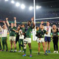 【イングランド―南アフリカ】ラグビーW杯で優勝し、スタンドのファンの声援に応える南アフリカのコリシ(中央)ら選手ち=横浜・日産スタジアムで2019年11月2日、長谷川直亮撮影