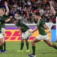 【イングランド―南アフリカ】南アフリカのポラード(手前)がボールを蹴り出し優勝を決め、喜びを爆発させる南アフリカの選手たち=横浜・日産スタジアムで2019年11月2日、藤井達也撮影