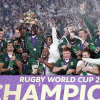 【イングランド-南アフリカ】優勝しトロフィーを掲げ喜ぶ南アフリカの選手ら=横浜・日産スタジアムで2019年11月2日、喜屋武真之介撮影
