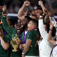 【イングランド-南アフリカ】優勝し喜ぶ南アフリカの選手ら=横浜・日産スタジアムで2019年11月2日、喜屋武真之介撮影