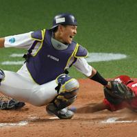 【ヤマハ-日本生命】七回裏日本生命1死一、二塁、代打・高橋英の遊ゴロで併殺を狙った二塁手の一塁への送球がそれる間に、二塁走者・伊藤ヴが生還(捕手・東)=京セラドーム大阪で2019年11月2日、久保玲撮影