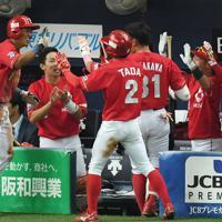 【ヤマハ-日本生命】七回裏日本生命1死一、二塁、代打・高橋英の遊ゴロで併殺を狙った二塁手の一塁への送球がそれる間に、二塁走者・伊藤ヴ(左端)が生還し、チームメートに迎えられる=京セラドーム大阪で2019年11月2日、久保玲撮影