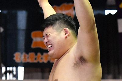 優勝し喜ぶ日体大の中村=堺市大浜公園相撲場で2019年11月2日、猪飼健史撮影