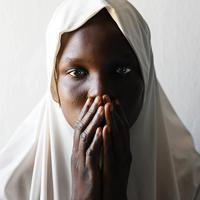ザラウ・カラウさん(18)は、2014年ボコ・ハラムの襲撃により両親を殺され、拉致されていた4年間に計3人の兵士との結婚を強いられた。出産した子供とともに走って逃げ、2日後に政府軍に助けられた。将来は「医者になってみんなを助けたい」と話すが、学校に通うめどは立っていない=ナイジェリア・ボルノ州マイドゥグリで2019年9月20日、山崎一輝撮影