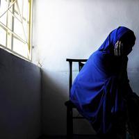 ボコ・ハラムの戦闘員と結婚させられた女性(22)。マイドゥグリ市内を歩いている時に拉致され、隣国カメルーンへ。戦闘員と結婚させられ、18年までの約5年間、ボルノ州にあるボコ・ハラムの拠点で生活していた。戦闘員との間にできた男の子(1)を連れて逃げ、現在は親類宅に身を寄せる。「夫は憎いが子供に罪はない。健康で『ボコ・ハラムの子』だと知られないように生きてほしい」と話した=2019年9月22日、山崎一輝撮影