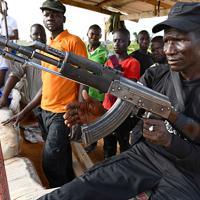 市街地への入り口を見張る「地域の自警団(CJTF)」のサニ・アブバカルさん(40、手前)。ボコ・ハラムの襲撃から市民を守るため、要所を24時間体制で監視している。団員の多くがボランティア。アブバカルさんは大工だったが「罪のない人たちが殺されるのを見ていられなかった」と専従で参加。最近も農家が襲われ6人が殺害されたといい「市民から必要とされている」と語った=マイドゥグリで2019年9月21日、山崎一輝撮影