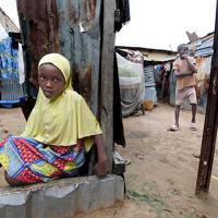 ナイジェリア政府非公認の避難民キャンプで、生活する国内避難民の子供たち。家は廃材でできており、学校には通えていない。政府からの支援を受けることができず、生活に困窮している=マイドゥグリで2019年9月29日、山崎一輝撮影