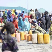カメルーン国境近く避難民キャンプの給水所で水を汲む人たち。9月には軍事関係者を狙ったボコ・ハラムによる自爆テロが近隣で起きたという=ボルノ州で2019年10月2日、山崎一輝撮影