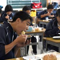パンと牛乳の簡易給食と併せて提供された牛丼を食べる丸森中学校の生徒たち=宮城県丸森町の丸森中学校で2019年10月28日、丸山博撮影