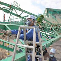 ゴルフ練習場の鉄柱などを撤去する作業員ら=市原市で2019年10月28日午前10時14分、玉城達郎撮影