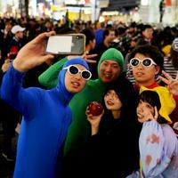 ハロウィーンの当日に渋谷駅前で思い思いのコスチュームに身を包む人たち=東京都渋谷区で2019年10月31日午後9時19分、滝川大貴撮影