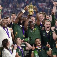 【イングランド―南アフリカ】優勝し、南アフリカのラマポーザ大統領(中央)らと喜ぶ選手たち=横浜・日産スタジアムで2019年11月2日、藤井達也撮影