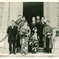 「金の船」が主催した「童話劇及び童話音楽会」の記念写真。(後列右より)岡本帰一、野口雨情、本居長世、斎藤佐次郎、中山晋平の各氏=1920年(金の星社提供)