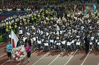 2000 Sydney Paralympics -- 240 members of the Japanese delegation parade during the opening ceremony. A total of 121 nations and regions participated in the first Paralympic games in the southern hemisphere. Japan won 13 gold, 17 silver and 11 bronze medals. (Mainichi/Satoru Ishii)
