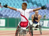 2000 Sydney Paralympics -- Japan's Kazuya Maeba celebrates after winning the gold medal in the wheelchair 400 meters by setting a new world record. Maeba captured three medals at the games. (Mainichi/Satoru Ishii)