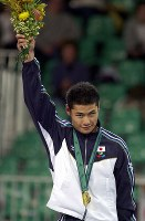 2000 Sydney Paralympics -- Japan's Satoshi Fujimoto celebrates on the podium after winning his second consecutive gold medal in the 66-kilogram division in men's judo for the visually impaired. (Mainichi/Satoru Ishii)