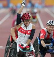 2004 Athens Paralympics -- Japan's Wakako Tsuchida celebrates after clinching the gold medal in the women's wheelchair 5,000 meters. (Mainichi/Kimitaka Takeichi)