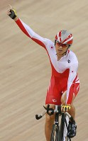 2008 Beijing Paralympics -- Japan's Masashi Ishii celebrates after winning the gold medal in the 1000-meter time trial in men's cycling. (Mainichi/Yohei Koide)