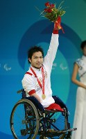 2008 Beijing Paralympics -- Japan's Takayuki Suzuki holds up a bouquet after winning the gold medal in the men's 50-meter breaststroke motor dysfunction class. (Mainichi/Yohei Koide)